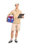 Anlieferungsperson, die ein Geschenk liefert Lizenzfreie Stockfotos