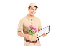 Anlieferungsperson, die ein Klemmbrett und Blumen anhält Stockbilder