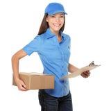 Anlieferungsperson, die Paket liefert Stockfoto