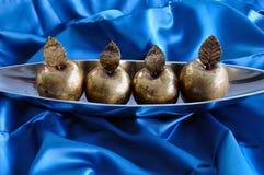 Anmärker den dekorativa julen för guld- äpplen Arkivfoton
