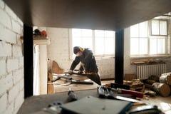 Anmärker malande metallstål för den manuella arbetaren i seminarium med hjälpmedlet royaltyfri fotografi
