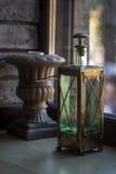 Anmärker trevligt anseende på fönstret Royaltyfri Fotografi