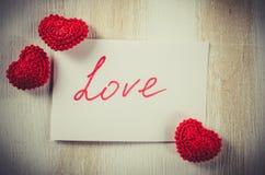 Anmärkning med textförälskelse för dag för St-valentin` s Arkivbild