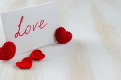 Anmärkning med textförälskelse för dag för St-valentin` s Royaltyfri Fotografi