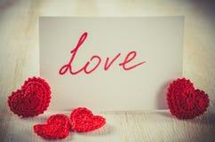 Anmärkning med textförälskelse för dag för St-valentin` s Arkivbilder