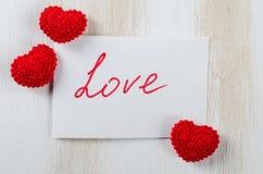 Anmärkning med textförälskelse för dag för St-valentin` s Arkivfoton