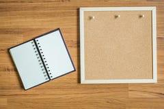 Anmärkning och bräde på wood texturbakgrund royaltyfri fotografi