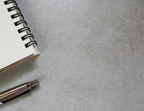 Anmärkning och penna för tomt papper arkivfoton