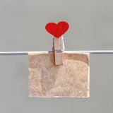 Anmärkning på kraft papper med stiftet i formen av hjärta royaltyfri bild