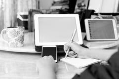 Anmärkningar för danande för affärskvinna och använda en minnestavla Arkivbild