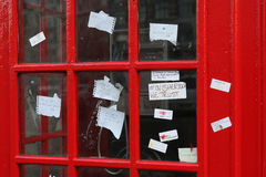 Anmärkningar för Sherlock fantjänstledigheter på telefonen boxas nära Stet Barts i London Royaltyfria Foton