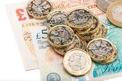 Anmärkningar och mynt för brittiskt pund Arkivbild