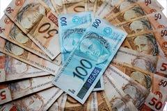 Anmärkningar 50 och 100 reais av Brasilien Royaltyfria Bilder
