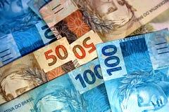 Anmärkningar 50 och 100 reais av Brasilien Royaltyfri Fotografi