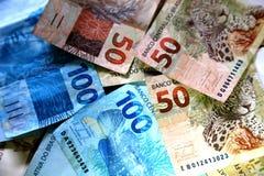 Anmärkningar 50 och 100 reais av Brasilien Arkivbilder
