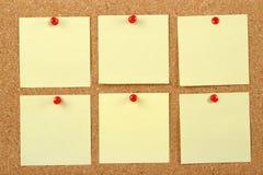 Anmärkningar på corkboard Arkivbild