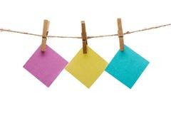 Anmärkningar på ett rep med klädnypan Arkivfoton