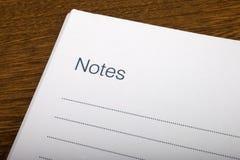 Anmärkningar söker i en anteckningsbok royaltyfri foto