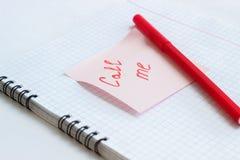 Anmärkningen på det pappers- KALLAR MIG Royaltyfria Bilder