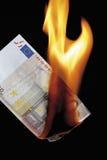 anmärkningsbränning för euro 50 mot svart bakgrund Royaltyfria Foton