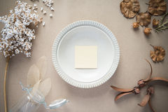 Anmärkningslegitimationshandlingar på maträtt i vår Fotografering för Bildbyråer