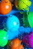 Anmachwasser und ?l auf Ballkreisen und -ovalen einer sch?ne Farbabstrakten Hintergrundsteigung lizenzfreies stockfoto