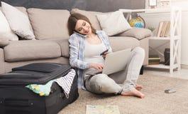 Anmeldung etikettiert online für Ferien stockfotos