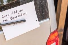 Anmerkung über ein Auto als Anzeichen über einen parkenden Unfall stockfoto