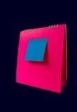 Anmerkung über rosafarbenen Kalender Lizenzfreies Stockfoto