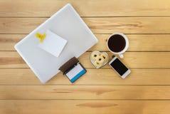 Anmerkung des Draufsichtleeren papiers über Notizbuch des Laptops mit Sachen, whi Lizenzfreies Stockbild