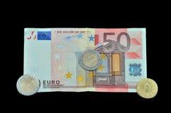Anmerkung des Euros 50 mit Münzen Lizenzfreie Stockfotos