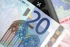 Anmerkung des Euros zwanzig über einem Taschenrechner Stockfoto