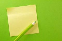 Anmerkung des farbigen Papiers mit Bleistift Stockbilder