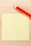 Anmerkung des farbigen Papiers mit dem roten Bleistift Lizenzfreie Stockbilder