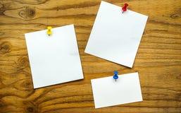 Anmerkung des leeren Papiers über hölzernen Hintergrund Lizenzfreies Stockfoto