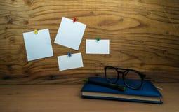 Anmerkung des leeren Papiers über hölzernen Hintergrund mit Tagebuchbuchstift Lizenzfreie Stockfotos
