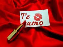 Anmerkung mit den Wörtern ich liebe dich geschrieben auf spanisch mit Lippenstift und Kuss stockfotos