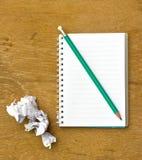 Anmerkung, Papier zu Wegwerf und Bleistift auf hölzernem Stockfotografie