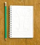 Anmerkung, Papier zu Wegwerf und Bleistift auf hölzernem Stockbilder