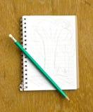 Anmerkung und Bleistift auf hölzernem (Baumskizze) Lizenzfreie Stockbilder