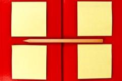 Anmerkung und Bleistift auf rotem Notizbuch Lizenzfreie Stockbilder