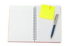Anmerkung und Feder auf einem Notizbuch Stockbilder