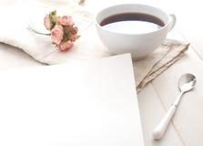 Anmerkung und Kaffee des gutenmorgens Stockbild