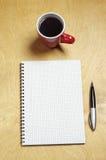 Anmerkung und Tasse Kaffee Stockfoto