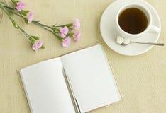 Anmerkung und Tee auf Schreibtisch Stockfotografie