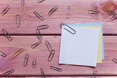 Anmerkungen, Aufkleber, Büroklammern stockbilder