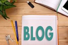 Anmerkungen BLOG im Notizblock auf dem Schreibtisch eines Geschäftsmannes Lizenzfreies Stockfoto