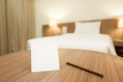 Anmerkungen in einem Hotelzimmer Stockbild