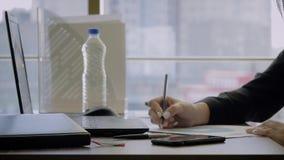 Anmerkungen Handfrauen-kreative Direktorn-Sitting At Desk Makes mit Bleistift auf Diagramm stock video