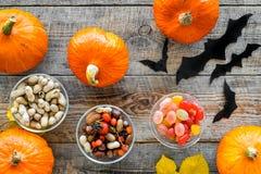 Anmerkungen und ein Baum in einem Mondschein Kürbise, Papierschläger und Herbstlaub auf Draufsicht des hölzernen Hintergrundes Stockfoto